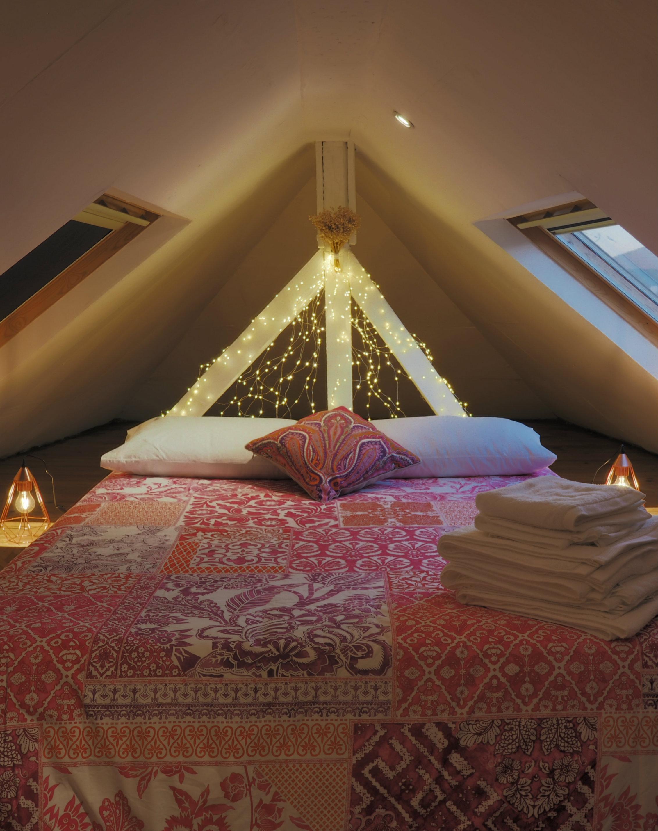 Ahe romantic attic room in a Sunny Lisbon AirBnb